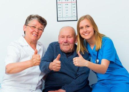 Photo pour Bravo pour les services médicaux du patient et des médecins aussi . - image libre de droit