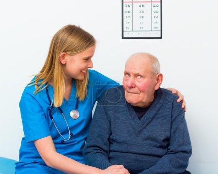 Photo pour Médecin gériatrique prenant soin d'un homme âgé atteint de démence . - image libre de droit