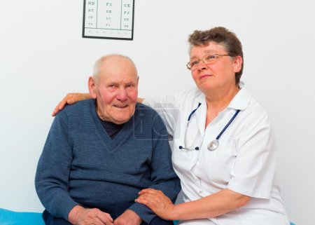 Photo pour Joyeux médecin d'âge moyen et heureux patient âgé à la maison de soins infirmiers . - image libre de droit