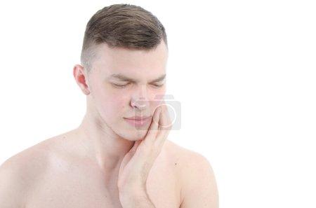 Zahnschmerzen. Karies. junger Kerl.