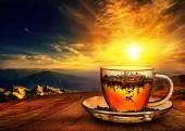 šálek čaje při západu slunce