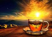 Tasse Tee bei Sonnenuntergang