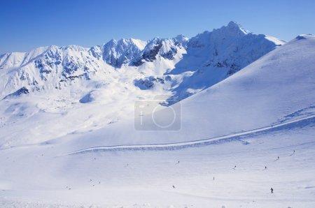 Photo pour Polonais Tatras en hiver. Découvre de kasprowy wierch pointe sur la piste de ski - image libre de droit