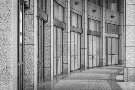 Photo pour Point de vue du couloir à l'immeuble de bureaux moderne - image libre de droit