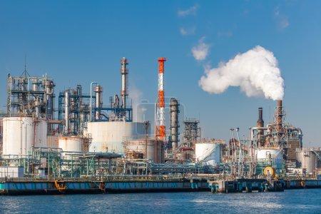 Photo pour Vue industrielle à l'usine de raffinage de pétrole forme industrie zon - image libre de droit