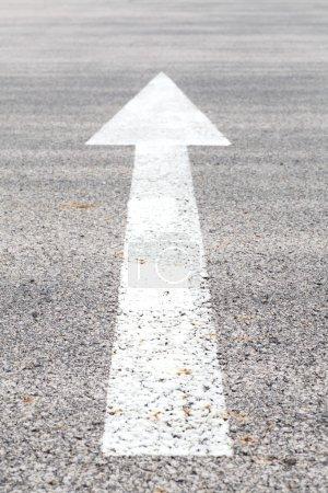 Foto de Señalización de flecha blanca tráfico en una carretera de asfalto - Imagen libre de derechos