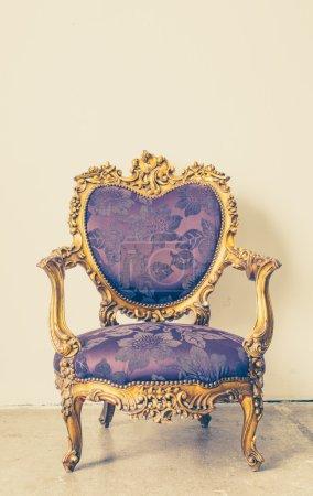 Photo pour Chaise antique avec fond de mur blanc et vintage - image libre de droit