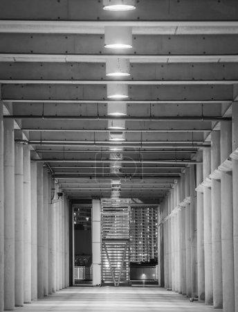 Photo pour Perspective de couloir dans l'immeuble de bureaux moderne - image libre de droit