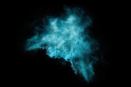 Photo pour Explosion de particules de poussière bleue ressemblant à la neige ou un effet pyrotechnique au fil noir. Gros plan d'une explosion de couleur isolée sur fond noir - image libre de droit