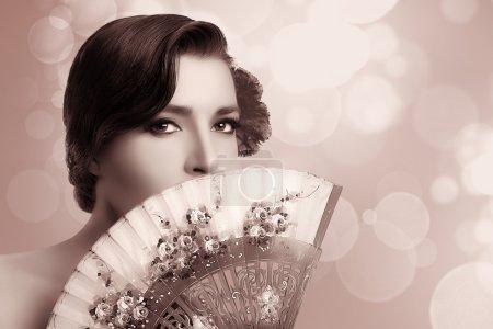 Chica Gitana. Moda de Belleza Mujer Andaluza con Abanico con Estilo