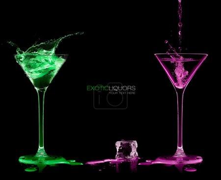 Stil und Feierkonzept. zwei Cocktailgläser mit Colorfu