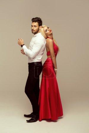 Photo pour Jeune couple attrayant posant en studio - image libre de droit