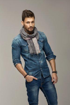 Photo pour Beau homme portant un jean - image libre de droit