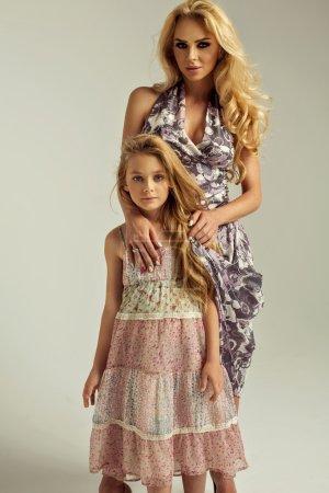 Photo pour Photo de mode de la belle mère et fille - image libre de droit