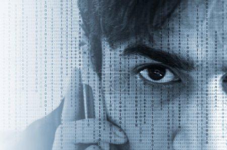 Photo pour Gros plan d'un œil de mans dans les données binaires écoutant un téléphone portable . - image libre de droit