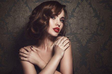 Photo pour Beau modèle féminin avec des lèvres rouges, posant dans un style rétro - image libre de droit
