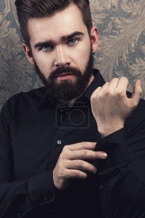 Photo pour Portrait d'un bel homme élégant avec une barbe - image libre de droit