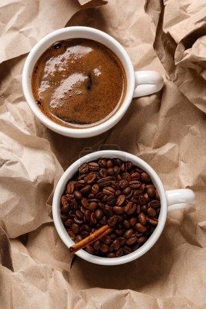 Photo pour Tasse de café sur la surface de papier froissé - image libre de droit