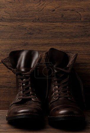 Photo pour Bottes en cuir élégants sur fond - image libre de droit