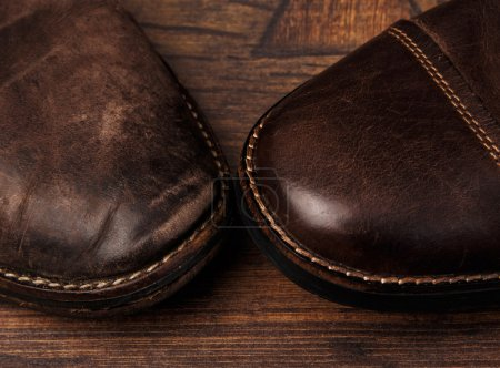 Photo pour Comparaison de chaussures nouvelles et anciennes - image libre de droit