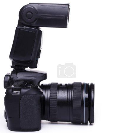 Photo pour Appareil photo reflex numérique moderne avec flash - image libre de droit