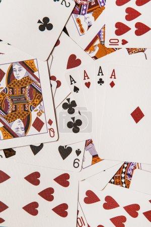 Photo pour Jouer aux cartes sur une surface en bois - image libre de droit