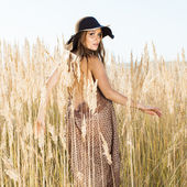 Venku slunce výstřel krásného modelu razí svou cestu přes tallgrass louku