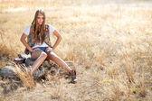 Nádherný hippie hledá dívku sedící na pařezu