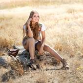 Nádherný hippie dívka sedící na pařezu - ráno venku shot
