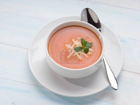 Photo pour Soupe de tomates savoureuse à base de tomates fraîches - image libre de droit