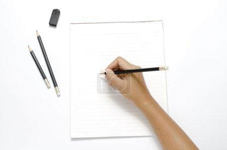 Photo pour Asie femme droite écriture avec crayon noir sur papier sur fond blanc - image libre de droit