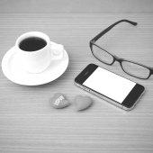 Káva, telefon, brýle a srdce