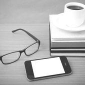 Káva, telefon, Stoh knih a brýle