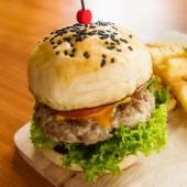Smažený vepřový hamburger s francouzskými