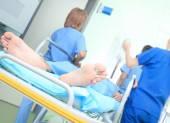Lékařský tým a pacient ležící na posteli. Záchranu a práce