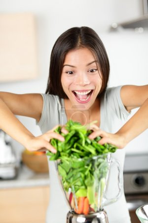woman making green smoothies