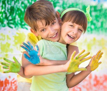 Foto de Jugando con los colores. Hermosos niños con manos de colores, concepto creativo infantil - Imagen libre de derechos