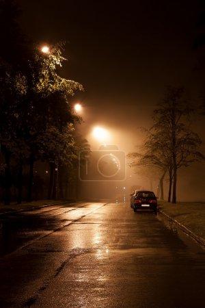 Calle brumosa por la noche