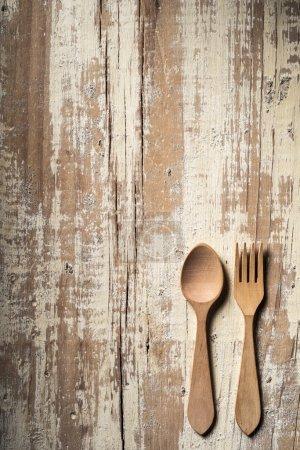Photo pour Table de cuisine âgés avec fourchette et cuillère en bois - image libre de droit
