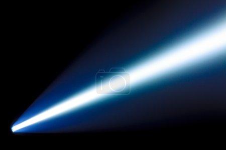 Photo pour Rayon lumineux de la lampe de poche de puissance dans l'obscurité - image libre de droit