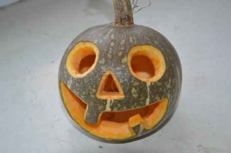 Photo pour Figurine d'Halloween de la petite citrouille sculptée - image libre de droit
