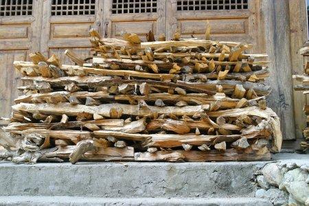 Photo pour Empilement de bois coupé pour l'industrie forestière - image libre de droit