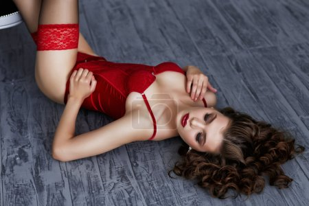 Photo pour Beautiful alluring young woman in red sexy lingerie - image libre de droit