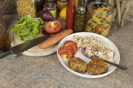 Photo pour Plats de pâtes de devoirs. Pâtes, les épices et les légumes sur la table de la cuisine - image libre de droit
