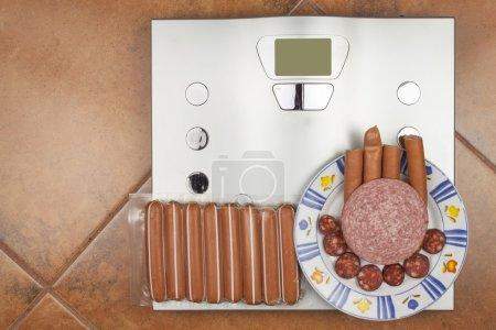 Photo pour Balance personnelle dans la salle de bain. Le concept de régime alimentaire et de contrôle du poids. Alimentation saine et obésité . - image libre de droit
