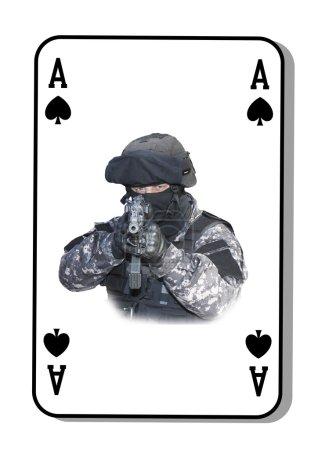 Photo pour L'As de pique dans la lutte. Unité spéciale de lutte contre les terroristes. Cartes sont distribuées sur la table. - image libre de droit