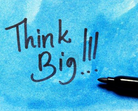 Foto de ¡Piensa en grande! mensaje sobre fondo azul - Imagen libre de derechos