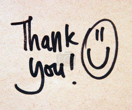 Photo pour Message de remerciement avec sourire sur fond beige - image libre de droit