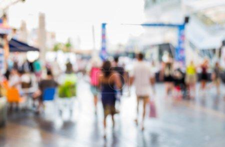 Foto de Resumen de borrosas personas caminando en el centro comercial - Imagen libre de derechos