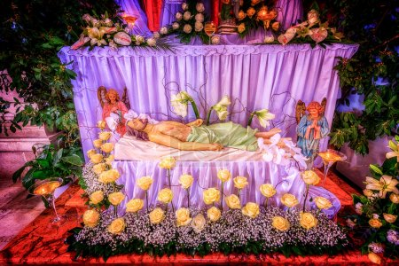 Jésus Christ couché mort dans une tombe symbolique